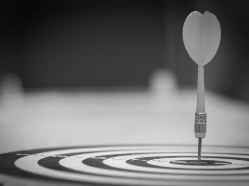 Dartscheibe mit Pfeil - bildlich für spezialisierte Dienstleister im Kanzleimarketing