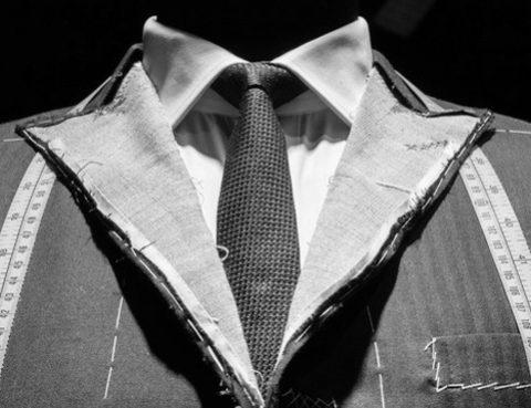 unfertiger Maßanzug auf Schneiderpuppe - stilsicheres Auftreten ist auch Kanzleimarketing