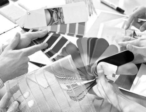 Händen halten Farbkarten - Farben spielen im Kanzleimarketing eine wichtige Rolle