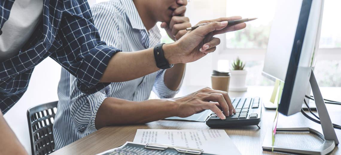 Besprechung am Bildschirm zur Website im Kanzleimarketing